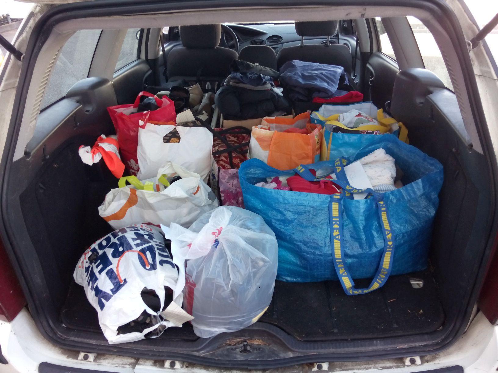 Foto vom mit Bekleidungsspenden gefüllten Kofferaum meines Kombis
