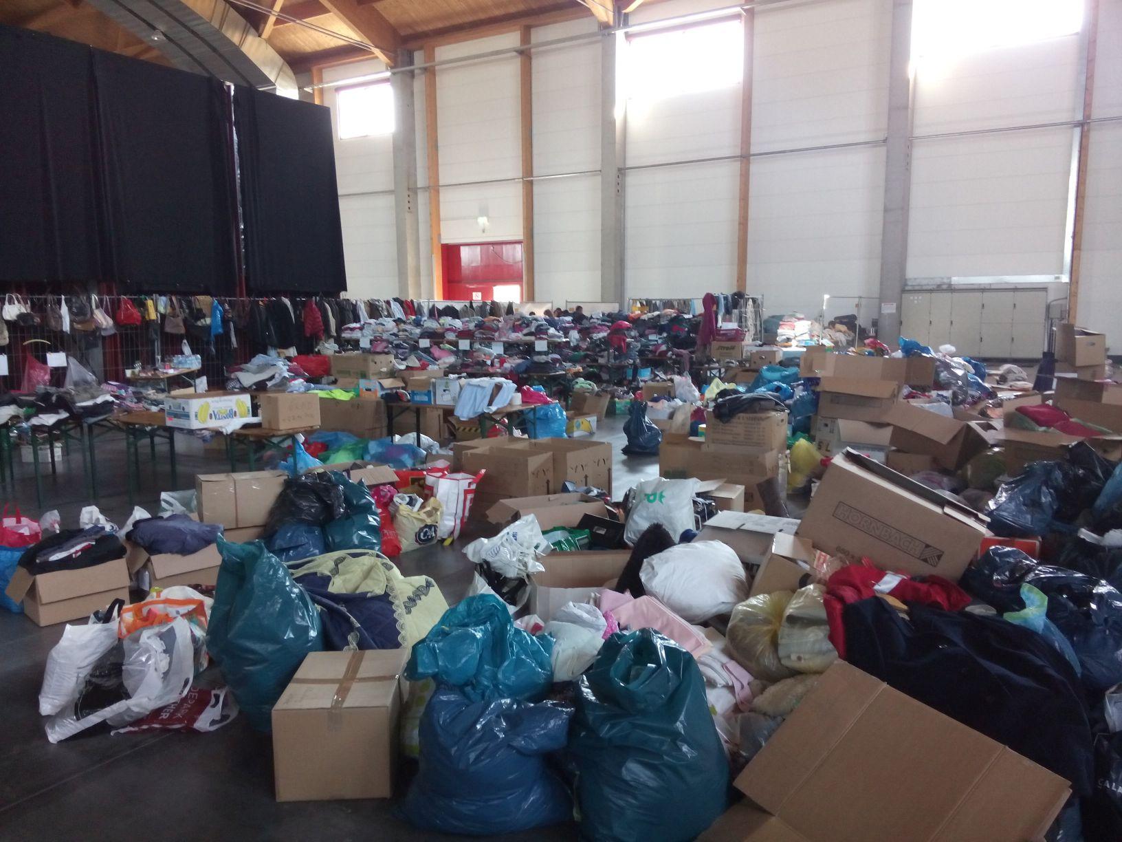 In der BEA - Foto der großen Menge an Bekleidungsspenden
