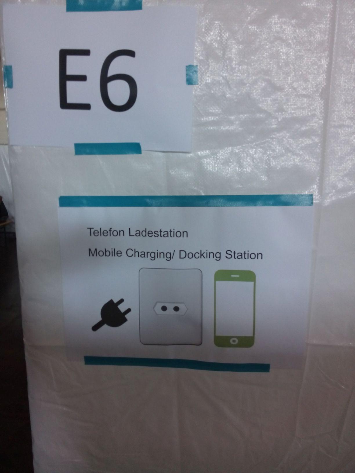 In der BEA - Schild für die Telefonladestation