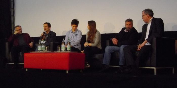 Foto des Podiums, von links: Thomas Funk (SPD), Hermino Katzenstein (Grüne), Florian Karl & Luise Henrich (Moderation), Michael westram (FDP), Albrecht Schütte (CDU)