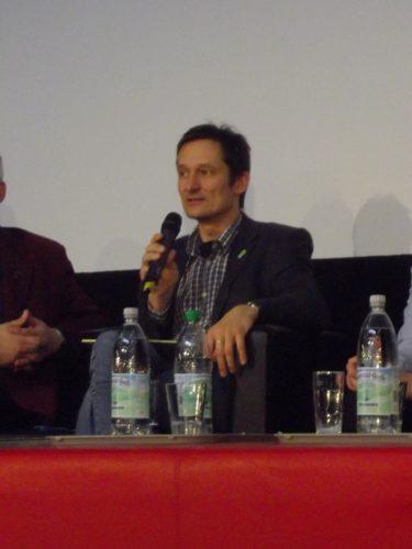 Foto: Hermino Katzenstein spricht auf dem Podium