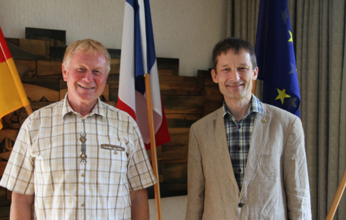 Antrittsbesuch Hermino Katzenstein (rechts) bei Buergermeister Heiner Rutsch in Lobbach.