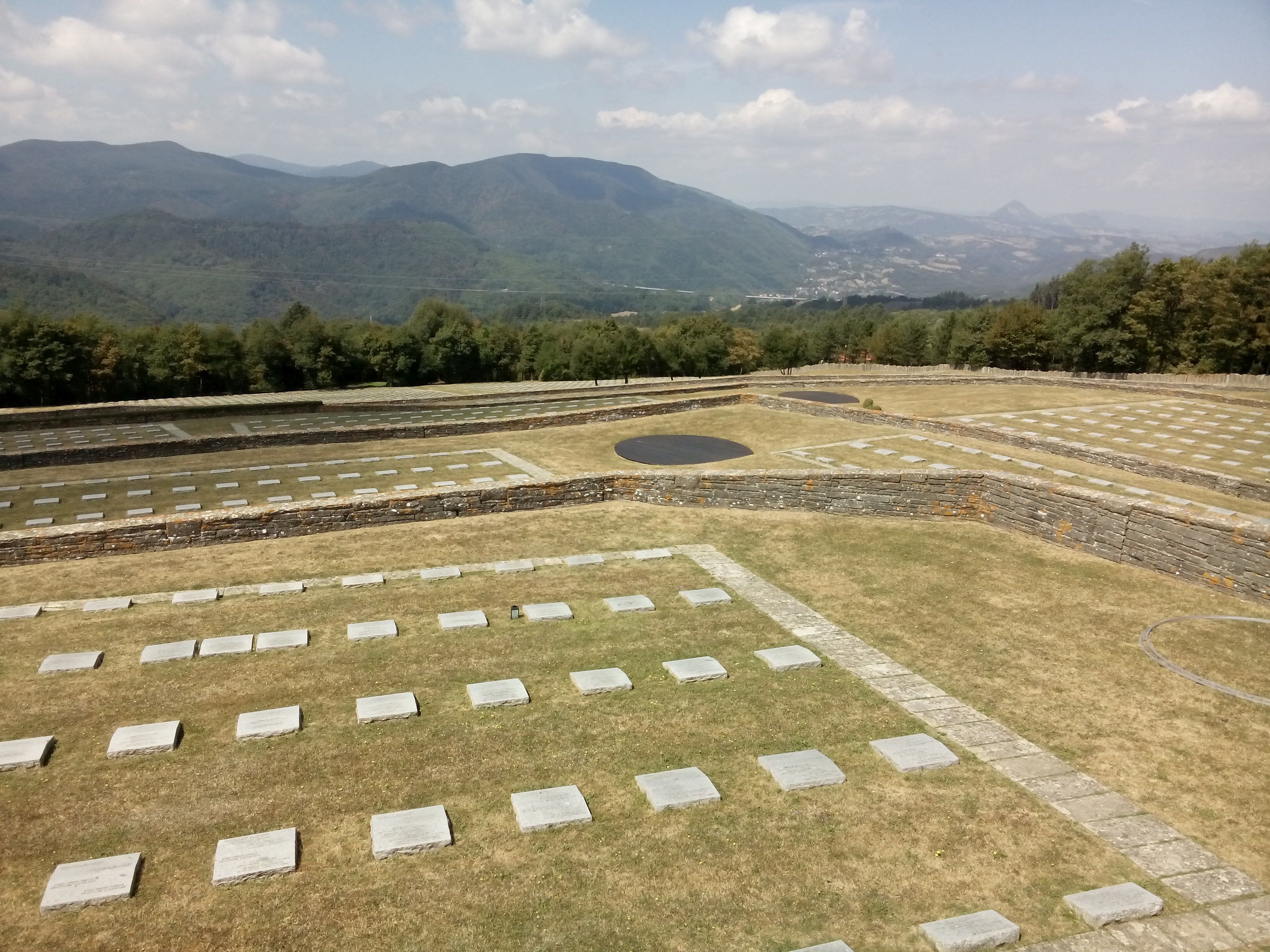 Blick über die unzähligen Grabplatten des Soldatenfriedhofs auf dem Futa-Pass