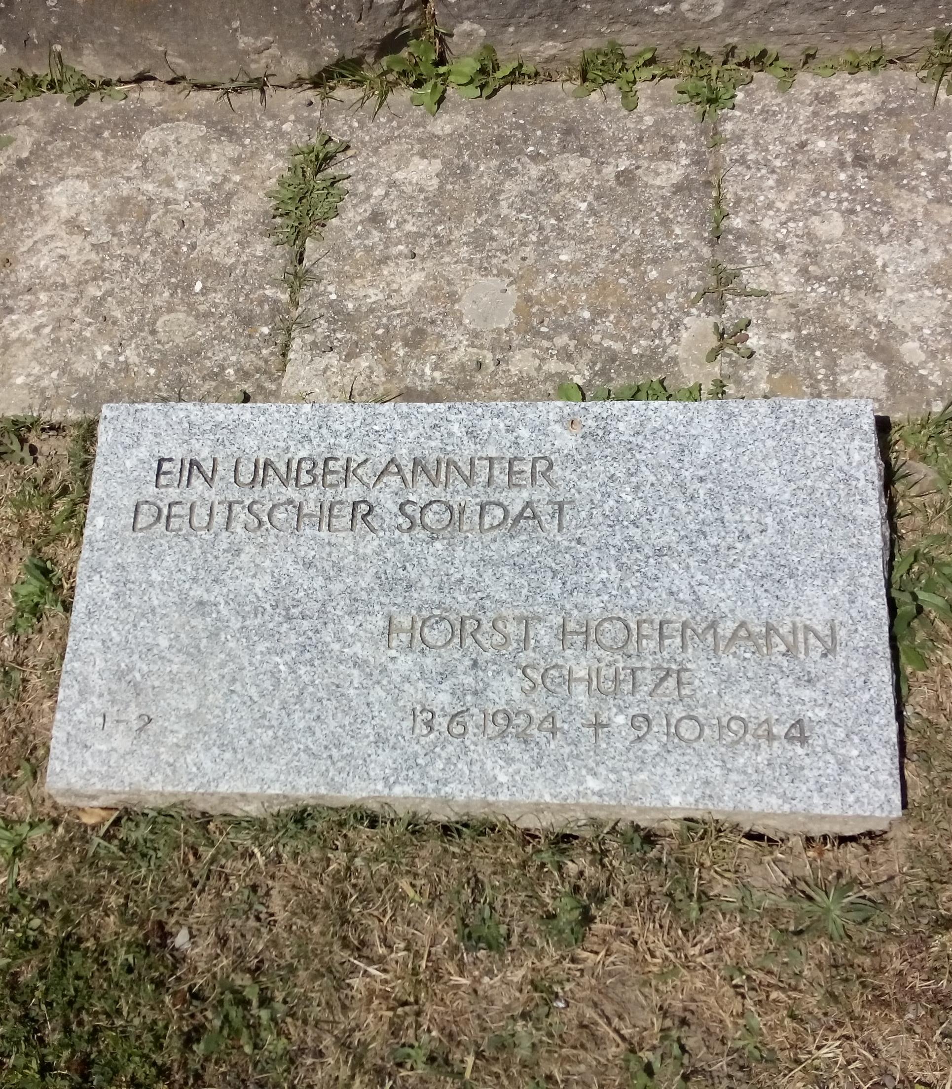 Eine Grabplatte auf dem Soldatenfriedhofs auf dem Futa-Pass: ein unbekannte Soldat und Horst Hoffmann, der nur 20 Jahre alt wurde