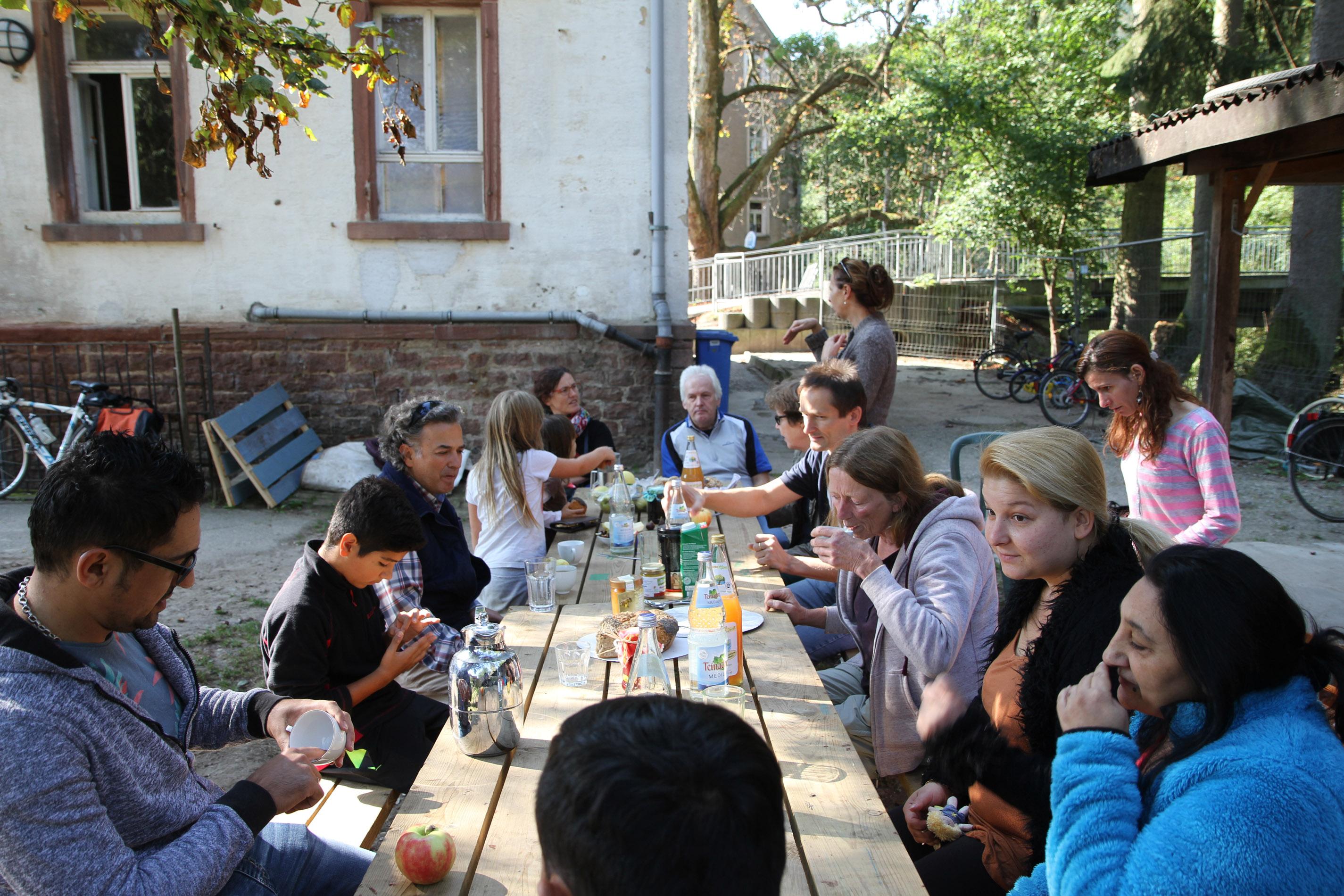 Frühstück mit Bewohnern und Helfern bei der Walkmühle.