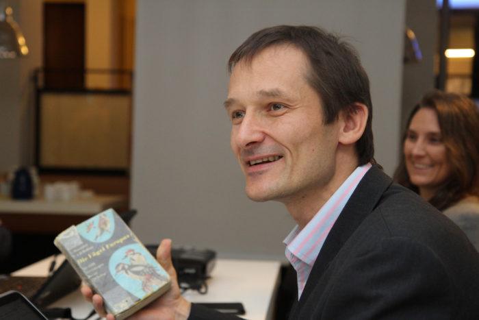 Hermino Katzenstein mit bestimmungsbuch seines Vaters.