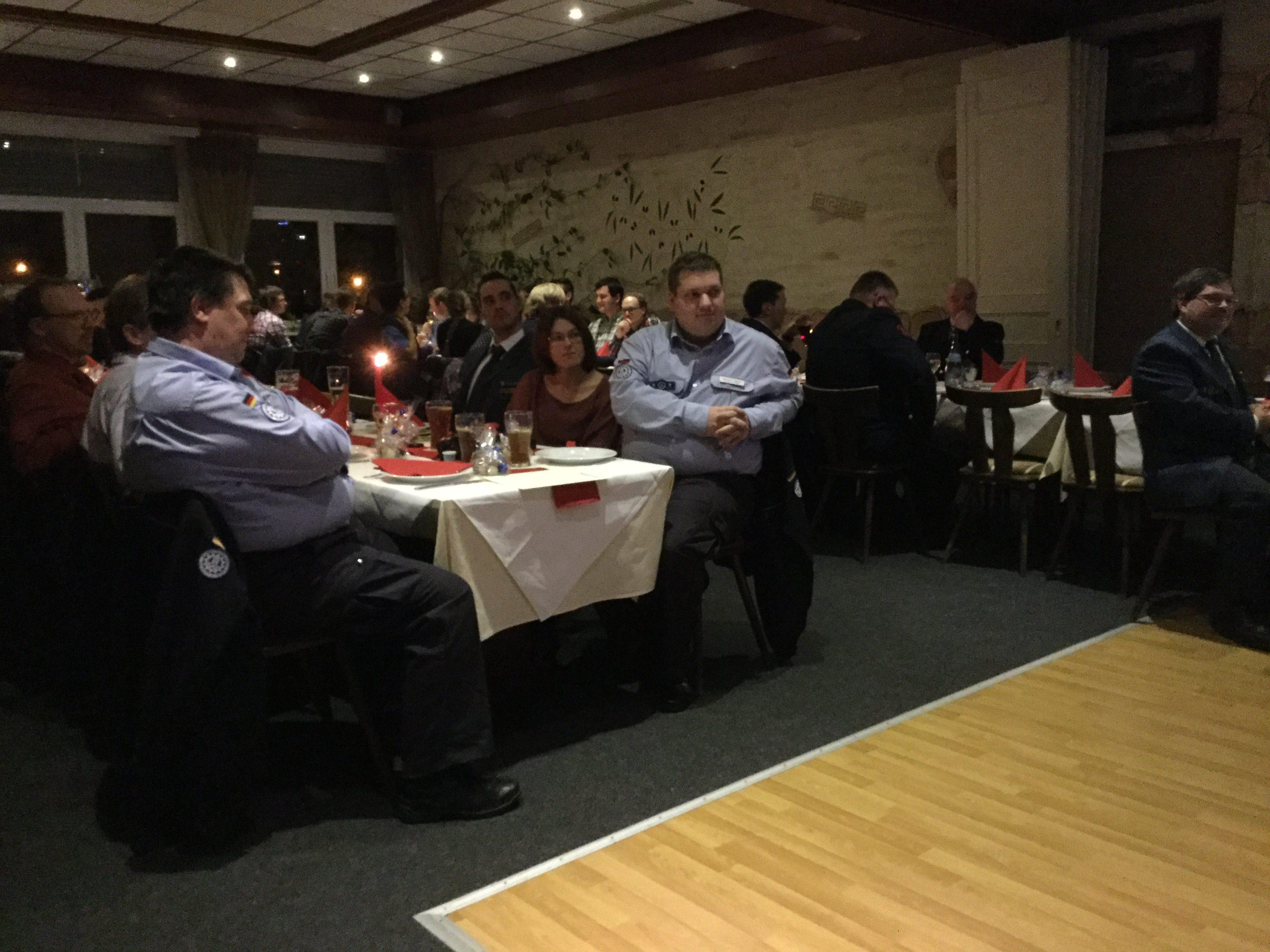 Blick in den Saal mit den THW-Angehörigen, ganz links Herr Balzer