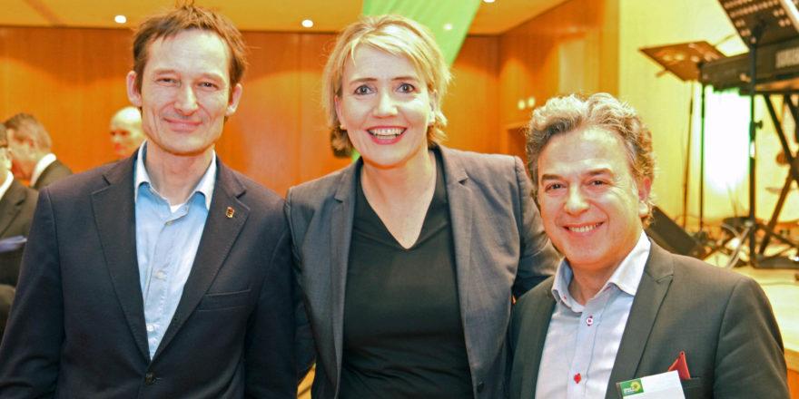 Die Bundesvorsitzende der Grünen, Simone Peter, umrahmt von Memet Kilic (rechts) und MdL Hermino Katzenstein