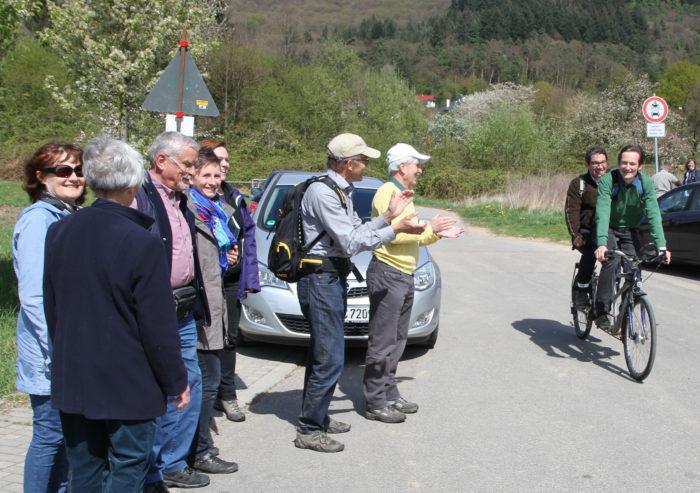 Der Staatssekretär kommt nicht mit der schweren Limousine sondern wird mit dem leichten Tandem abgeholt