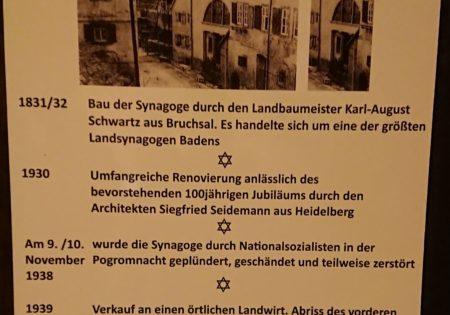 Foto der Tafel an der Tür der ehemaligen Sysnagoge mit wichten Daten zu deren Geschichte, erbaut wurde sie 1831-1832
