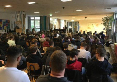 Foto von der Gedenkveranstaltung in der Realschule Waibstadt: Blick über die Köpfe der TeilnehmerInnen zur Bühne