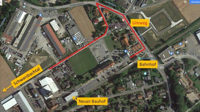 Luftbild der Umgebung des Bahnhalts Helmstadt mit Markierung des bisherigen Umwegs. Quelle: Googlemaps