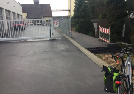Foto des neuen Durchgangs am Bauhof Helmstadt: Beginn des Weges
