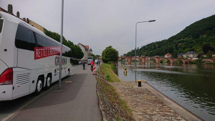 Reisebusse in Heidelberg am Neckar vor der Alten Brücke