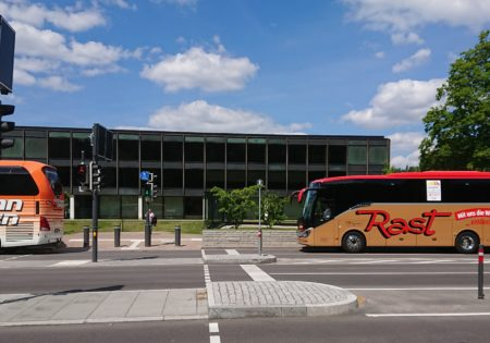 Der Buskorso in Stuttgart, im Hintergrund das Plenargebäude des Landtags