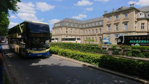 Der Buskorso in Stuttgart, im Hintergrund das Neue Schloss, Sitz von Finanz- und Wirtschaftsministerium