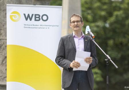 Hermino Katzenstein bei seiner Ansprache, im Hintergrund ein Rollup des WBO. Foto: WBO