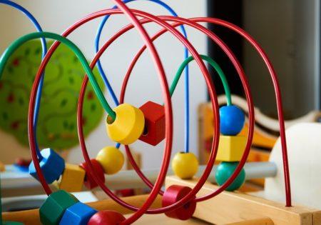Detailansicht eines Kindespielzeugs: Drahtschleifen mit zu bewegenden Spielsteinen