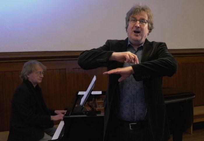 Screenshot: Matthias Horn singt, begleitet von Markus Karch am Klavier: Das Wndern ist des Müllers Lust